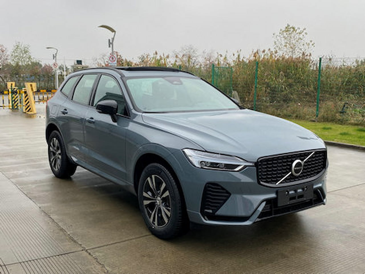 2022 Volvo XC60 front three quarters right side