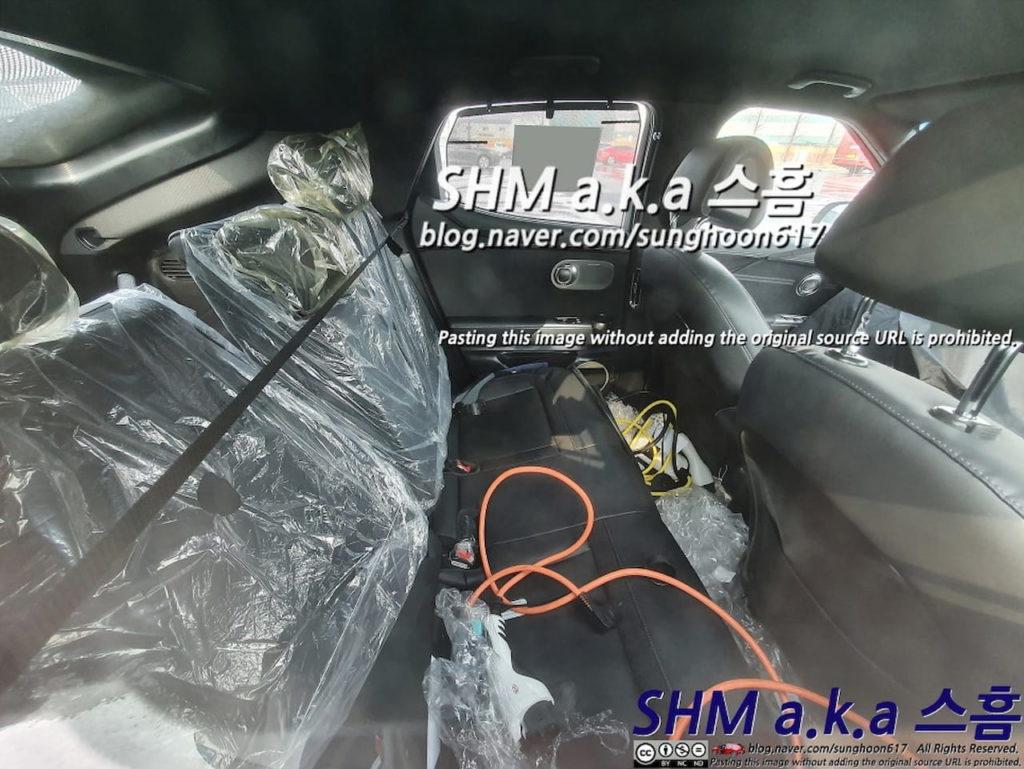 Genesis GV60 interior e espião nos assentos traseiros
