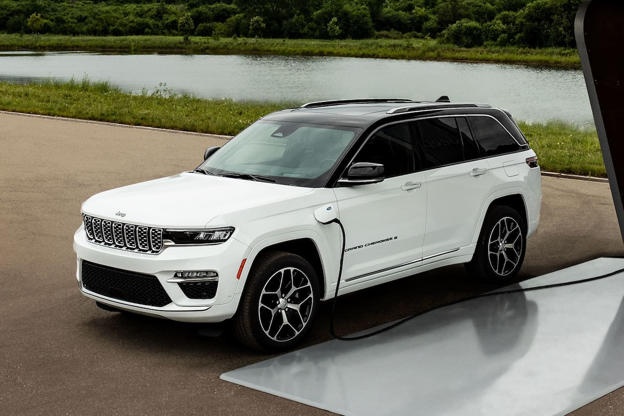 2022 Jeep Grand Cherokee 4xe PHEV front threee quarters