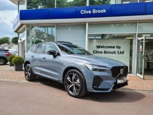 2022 Volvo XC60 (facelift) front three quarters live image