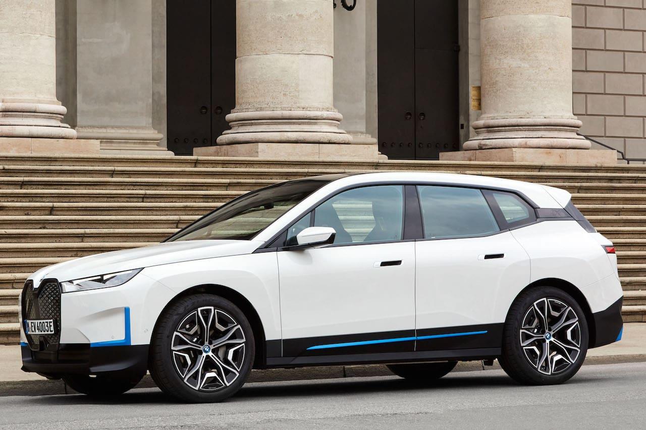 BMW iX xDrive40 front three quarters