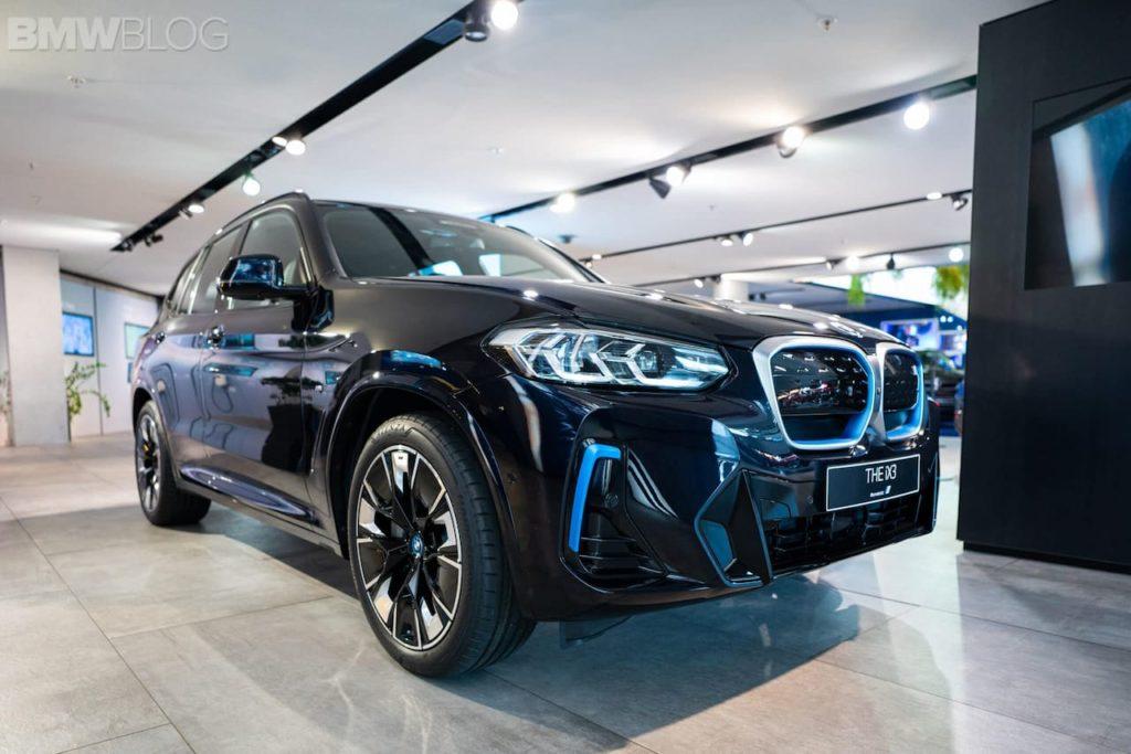 2022 BMW iX3 facelift front three quarters IAA 2021